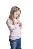 Милая маленькая девочка в свитере и джинсыах стоковая фотография rf