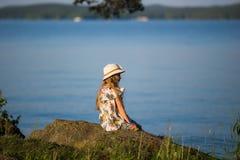 Милая маленькая девочка в шляпе рассматривая озеро каникула территории лета katya krasnodar стоковое фото rf