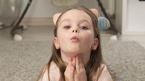Милая маленькая девочка гримасничая и усмехаясь акции видеоматериалы
