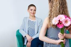 Милая маленькая девочка давая букет мамы розовых маргариток gerbera мать дочи любящая Стоковые Фото