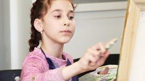 Милая маленькая девочка держа pallette крася изображение стоковая фотография