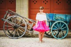Милая маленькая девочка играя в красивом саде Стоковая Фотография RF