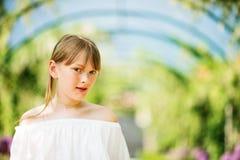 Милая маленькая девочка играя в красивом саде Стоковое Изображение RF