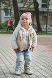 Милая маленькая девочка играя в улице Стоковые Изображения