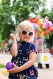 Милая маленькая девочка играя с йойо воздушного шара воды на параде маленького города американском стоковые фотографии rf