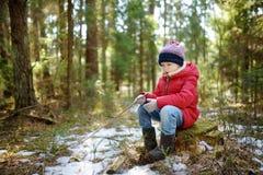 Милая маленькая девочка имея потеху во время похода леса на красивый зимний день Активный отдых семьи с детьми стоковое фото rf