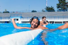 Милая маленькая девочка наслаждаясь в бассейне стоковое изображение
