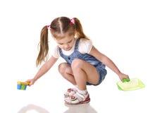 Милая маленькая девочка подмечет изолированный пол стоковые изображения rf