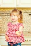 Милая маленькая девочка помогая ее матери печет печенья в кухне стоковое изображение rf