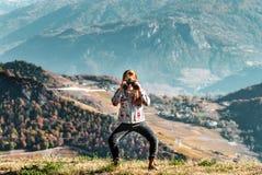 Милая маленькая девочка расследуя горы Альпов используя бинокулярное T Стоковые Изображения