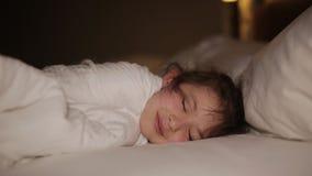 Милая маленькая девочка спать в ее кровати акции видеоматериалы