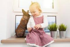 Милая маленькая девочка с зайчиком стоковое фото rf