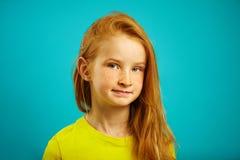 Милая маленькая девочка с красными волосами и солнечными веснушками стоковые фотографии rf