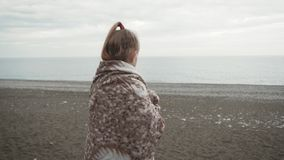 Милая маленькая девочка с шотландкой и чашкой чаю против фона моря акции видеоматериалы