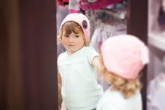 Милая маленькая девочка fiting на одеждах в магазине Стоковое фото RF