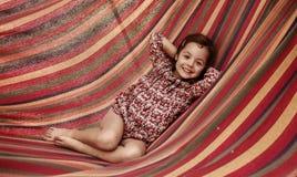 Милая маленькая девочка realxing на гамаке стоковое изображение