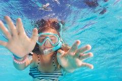 Милая маленькая девочка snorkeling в бассейне Стоковое Изображение