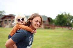 Милая маленькая девушка малыша получая езду автожелезнодорожных перевозок от красивого l Стоковые Изображения RF