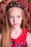 Милая маленькая девушка redhead нося античные платье или костюм принцессы Стоковое фото RF