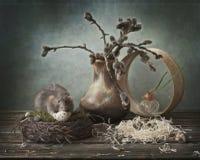 Милая маленькая серая крыса в гнезде есть яйцо триперсток Китайский символ Нового Года стоковое изображение