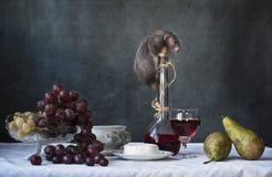 Милая маленькая серая крыса на бутылке вина с плодом и сыром Натюрморт в винтажном стиле с крысой в реальном маштабе времени Кита стоковая фотография rf