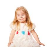 Милая маленькая девочка в красивейшем белом платье Стоковые Фото