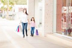 Милая мать и дочь делая некоторые покупки Стоковая Фотография RF