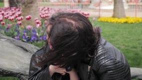 Милая мать успокаивая и обнимая плача ребенка Красивая молодая мать утихомиривает плача дочь в парке видеоматериал