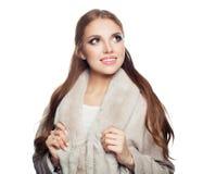 Милая модельная женщина нося бежевое пальто смотря вверх изолированный на белой предпосылке стоковые изображения rf