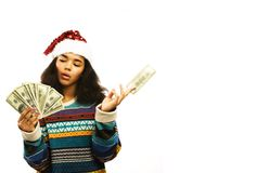 Милая молодая африканская девушка в шляпе santas красной при изолированные деньги Стоковое Фото