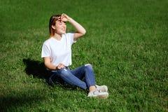 Милая молодая женщина в парке стоковые изображения rf
