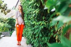 Милая молодая женщина гуляя вдоль красивых улиц среди старых домов Стоковые Фотографии RF