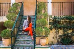 Милая молодая женщина гуляя вдоль красивых улиц среди старых домов Стоковые Изображения