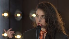 Милая молодая женщина поя к микрофону сток-видео