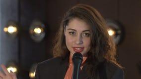Милая молодая женщина поя к микрофону видеоматериал
