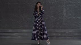 Милая молодая женщина поя к микрофону акции видеоматериалы