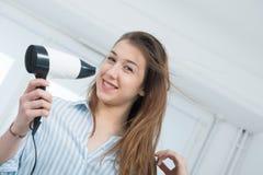 Милая молодая женщина сушит ее волосы Стоковое Изображение RF