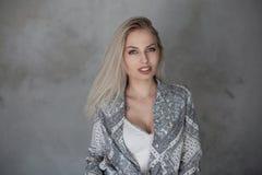Милая молодая женщина с естественным макияжем со светлыми волосами с голубыми глазами с сексуальными губами в модной рубашке в ст стоковая фотография rf