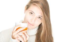 Милая молодая женщина с кружкой на белой предпосылке. Стоковая Фотография RF