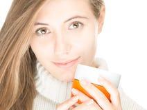 Милая молодая женщина с кружкой на белой предпосылке. Стоковое фото RF