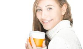 Милая молодая женщина с кружкой на белой предпосылке. Стоковое Фото