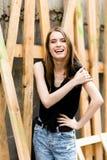 Милая молодая женщина с радостной улыбкой Стоковое Изображение