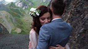 Милая милая невеста делает желание пока объятие с супругом Объятия новобрачных счастливые видеоматериал