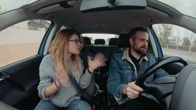 Милая пара битника управляет автомобилем на roadtrip сток-видео
