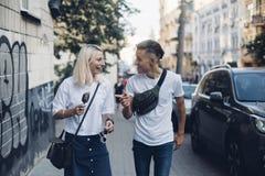 Милая милая пара идет на улицы Стоковые Изображения