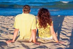 Милая пара прижимается на итальянском пляже Стоковое Изображение RF