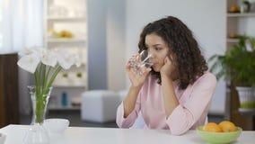 Милая питьевая вода молодой женщины и мечтать о будущем, целях и фантазиях акции видеоматериалы