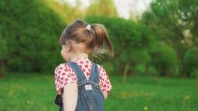 Милая потеха маленькой девочки бежать на солнечный летний день в парке, замедленном движении видеоматериал