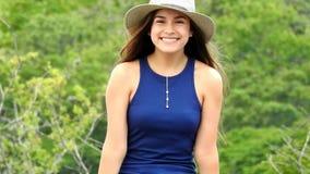 Милая предназначенная для подростков девушка счастливая и усмехаться сток-видео