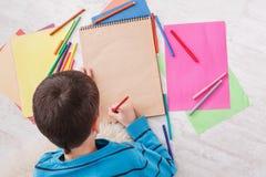 Милая притяжка мальчика, писать письмо к santa, ожидание для рождества Стоковое Фото
